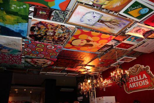 Quadros para bar instalados no teto