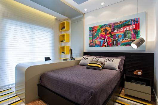 O painel de fundo colorido já causa bastante impacto na decoração do quarto