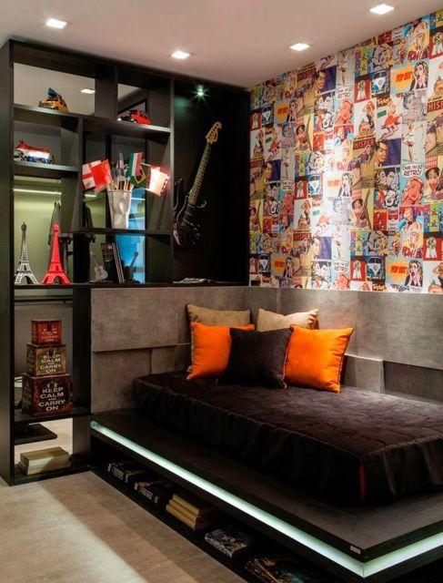 Os pôsters na parede dão um toque alternativo à decoração