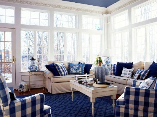 Ideia de decoração harmoniosa com tapete azul marinho