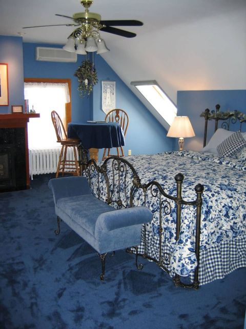 Quando chega o inverno, a melhor pedida é um tapete azul felpudo