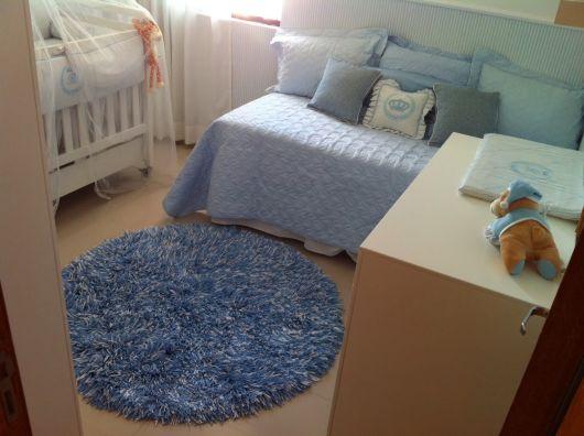 Tapetes redondos felpudos são ótimos para quartos de bebê