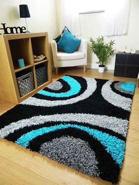 Ideia de decoração de sala com tapete azul, cinza e preto