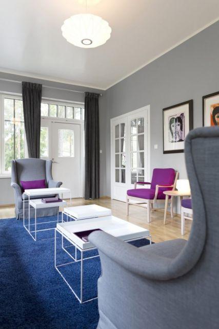 Sala clássica com tapete azul