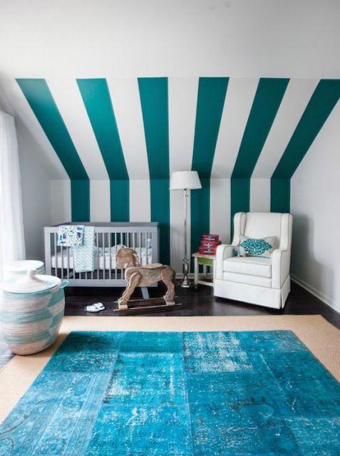 Dica para compor o quarto de bebê com tapete azul