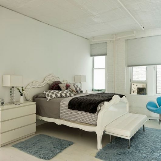 Os tapetes claros são boas opções de decoração