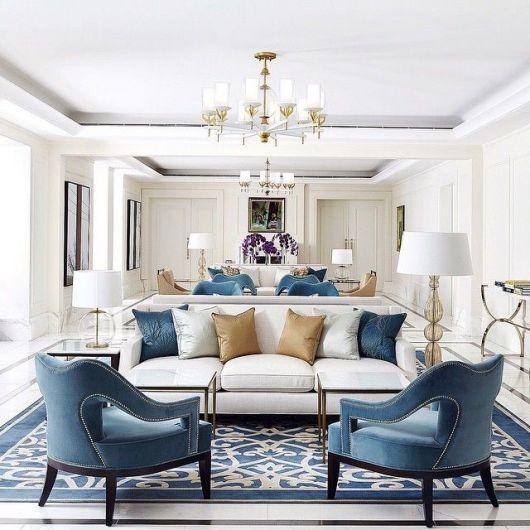 Decoração completa utilizando tapete azul e branco