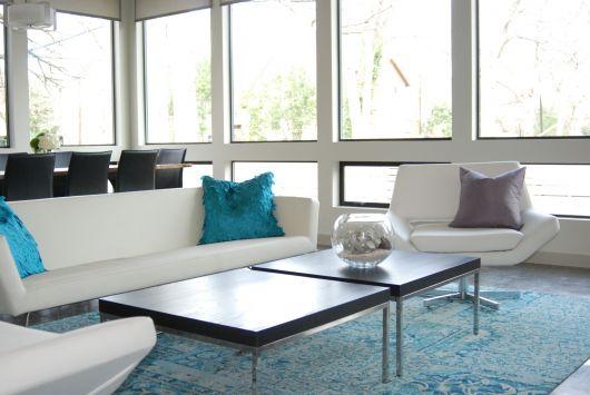 Use tapete azul para deixar a sala mais moderna