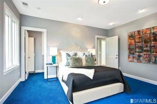Um tom de azul mais claro pode iluminar o quarto
