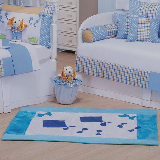 Combine o tema do quarto de bebê com o tapete azul