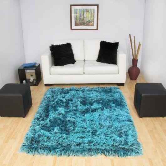 Um tapete turquesa felpudo traz mais conforto
