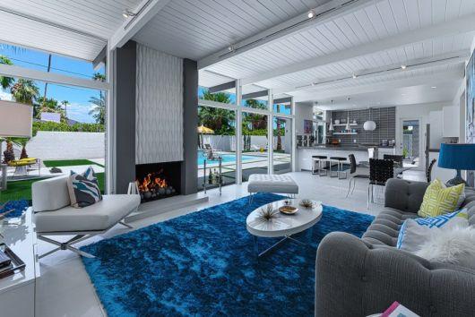 Veja só uma ideia de decoração completa com tapete azul petróleo