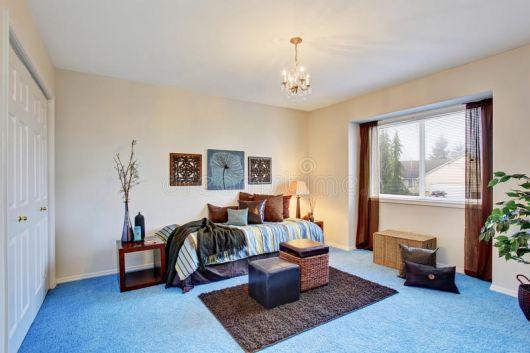 Capriche na combinação do tapete azul com outros itens decorativos