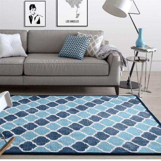 Dê um toque alegre à sala com um tapete geométrico