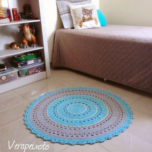 Além disso, você tem os tapetes de crochê azul e cinza para os quartos