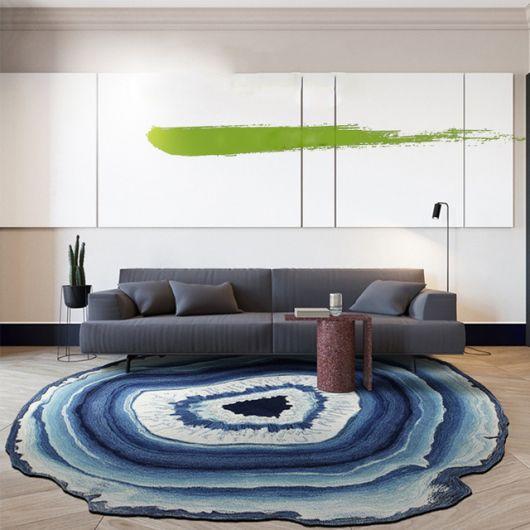 Ideia de decoração moderna com tapete azul