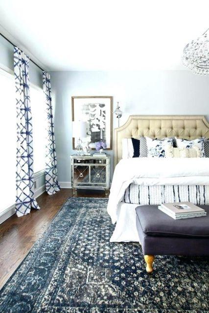 Ideia de quarto de casal com tapete azul estampado