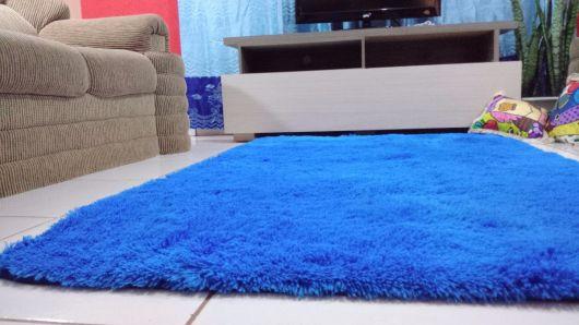 Que tal então um tapete azul royal felpudo para sala