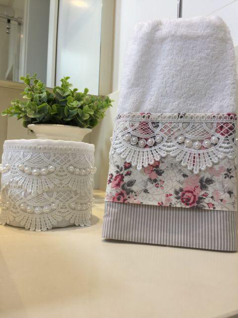 Toalha com faixa floral e guipir