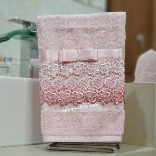 O laço de cetim e o guipir deixam a toalha mais charmosa