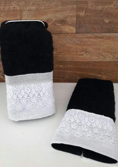 Crie um contraste com toalhas em preto e branco