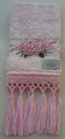 Toalha para lavabo rosa com bordado de flores