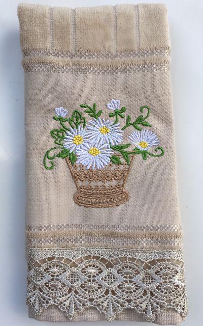 Toalha com flores bordadas e barra com guipir