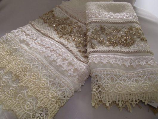 Toalhas com bordado e aplique de renda guipir para deixá-las charmosas