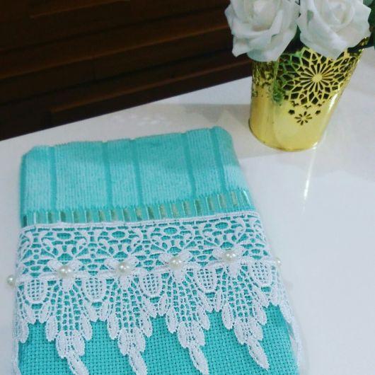 Toalha azul com renda guipir para decorar lavabo