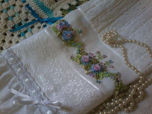 Toalha de lavabo com bordado floral