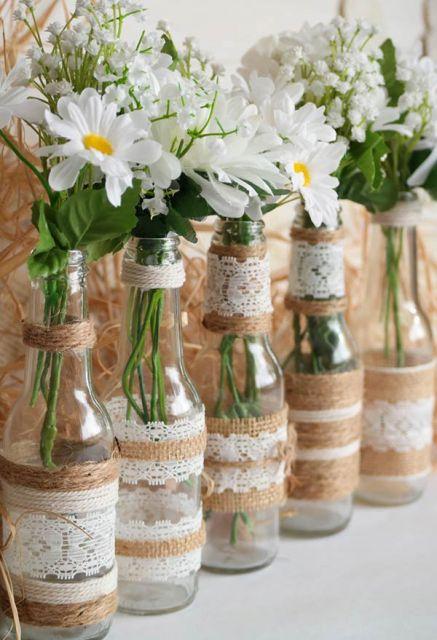 Garrafinhas decoradas com renda e juta para casamentos e outras festas