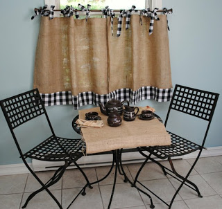 A cortina e a toalha de mesa foram feitas com juta