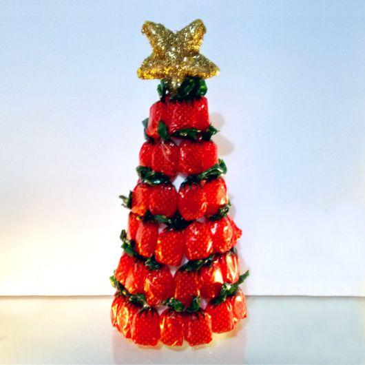 Mini árvore de Natal com balas de morango e estrela dourada