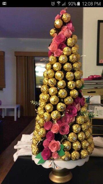 Árvore de Natal com ferrero rocher e flores