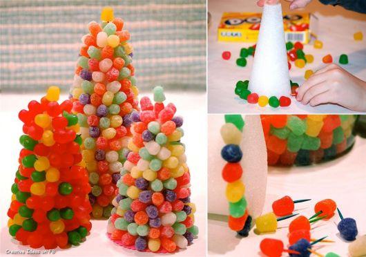 Use jujubas coloridas para obter uma árvore miniatura divertida