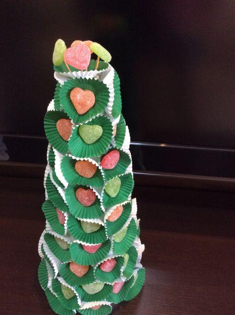 Veja ideia de árvore de natal com jujubas e forminhas de doces
