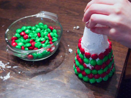 Árvore de Natal comestível usando chantilly e confetes
