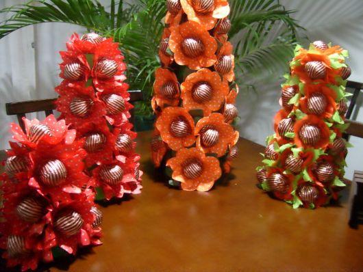 Use forminhas de doces para compor a árvore de natal de trufas