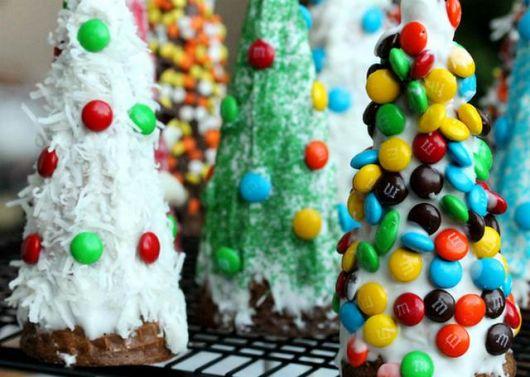 Modelos de árvores com confetes de chocolate