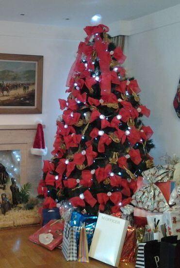 Laços vermelhos são alternativas perfeitas para decorar a árvore de Natal