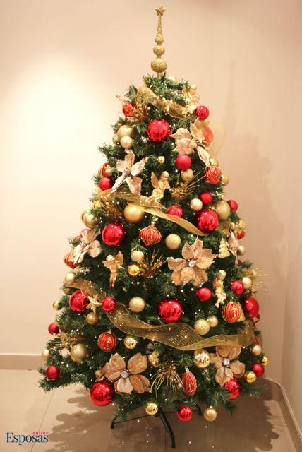 Laços que passam por toda a árvore criando uma nova perspectiva de decoração