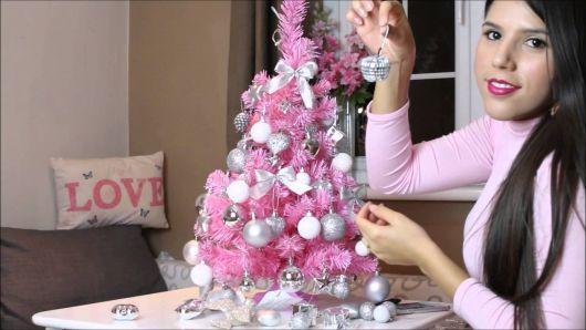 arvore de natal rosa com o branco