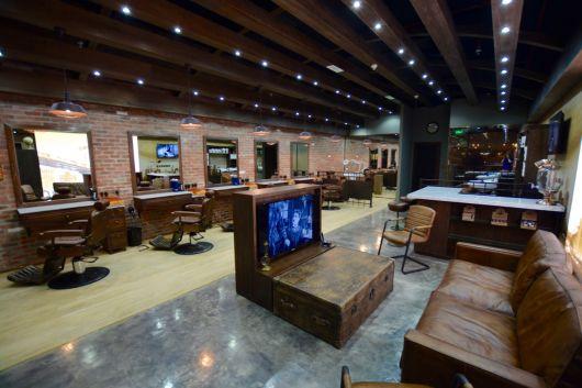 Mobílias diferentes e que harmonizam com a decoração deixam o espaço impecável