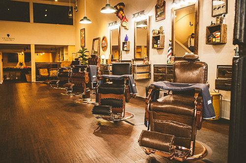 O aspecto rústico da madeira valoriza a decor de sua barbearia retrô