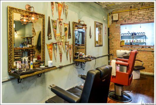 O aspecto antigo que liga o rústico ao provençal é bem-vindo na decoração de sua barbearia retrô