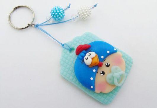 Bebê de biscuit para menino com touca da galinha pintadinha
