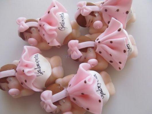 Bebê de biscuit para menina com vestido rosa de bolinhas
