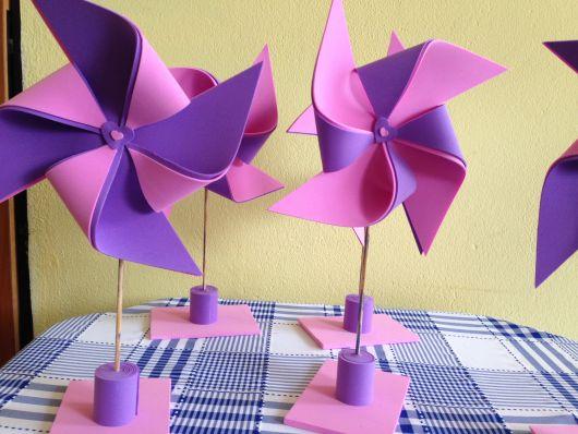 Centro de mesa de cata-vento rosa e lilás