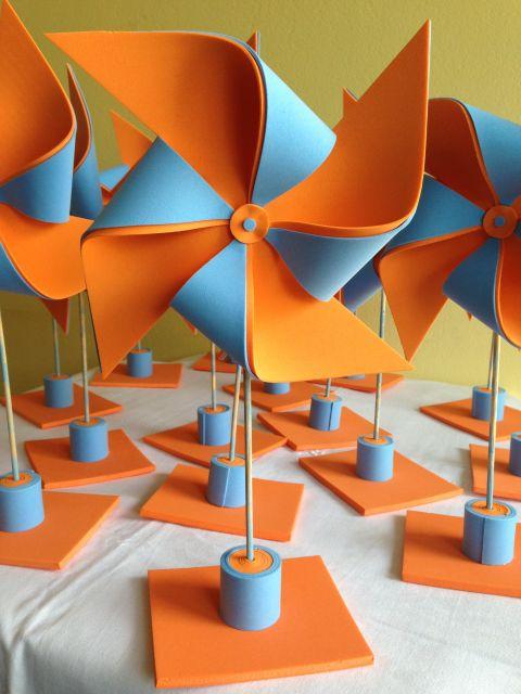 Centros de mesa com catavento de EVA em laranja e azul claro