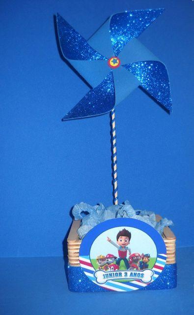 Lembrancinha ou centro de mesa com catavento azul e glitter